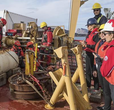Dans le cadre d'activités scientifiques, de la réalisation d'une étude concernant une île de glace et de discussions informelles avec des scientifiques et des représentants d'Amundsen Science, la gouverneure générale a mieux compris à quel point le réchau