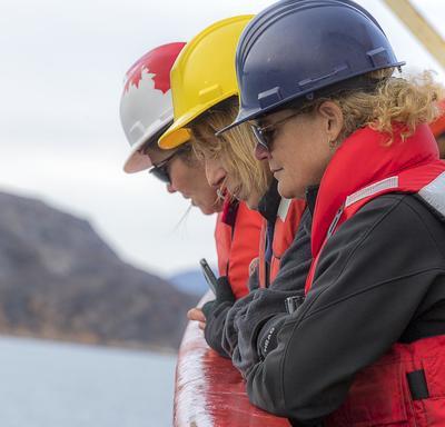 La gouverneure générale Julie Payette, Mme Mona Nemer, conseillère scientifique en chef du Canada, et l'honorable Kirsty Duncan, ministre des Sciences et des Sports ont apprécié la vue à partir du pont du NGCC Amundsen.