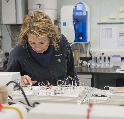 Mme Mona Nemer, conseillère scientifique en chef du Canada, a visité les laboratoires scientifiques à bord du NGCC Amundsen.