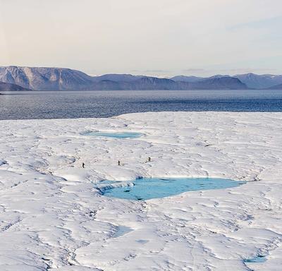 L'équipe à bord du NGCC Amundsen s'est arrêtée sur une île de glace.
