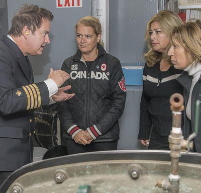 Plus tard, Son Excellence et Mme Mona Nemer ont visité la sale mécanique du NGCC Amundsen où elles ont reçu des explications sur la façon dont l'eau est rendue potable à bord du navire.