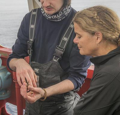 Un étudiant a montré à Son Excellence les larves de poisson recueillies plus tôt dans la journée.