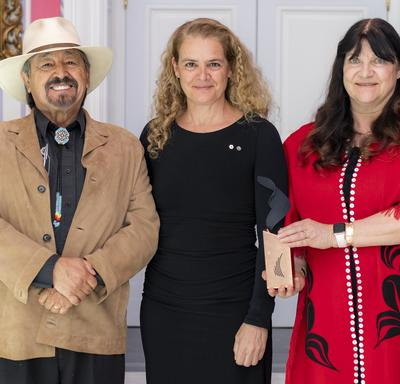 Chief Dr. Ronald Ignace (Stsmel'cqen) and Dr. Marianne Ignace (Gulḵiihlgad) pose for a picture with the Governor General.