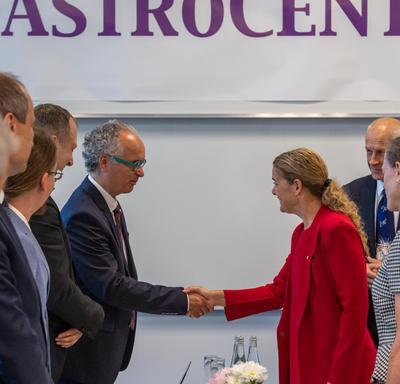 La gouverneure générale serre la main d'un membre du comité de l'AstroCeNT.