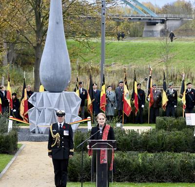 La gouverneure générale du Canada prend la parole à une tribune, avec sa femme aide-de-camp à sa droite. Derrière elle se trouve une sculpture géante en béton en forme de larme.