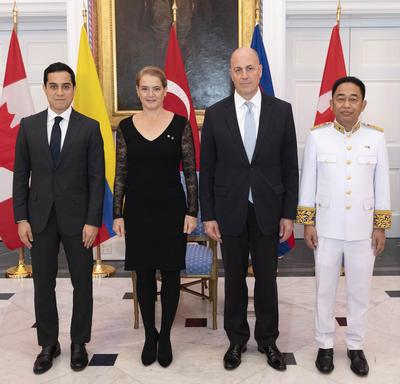Les trois nouveaux chefs de mission ont posé pour une photo de groupe avec la gouverneure générale.