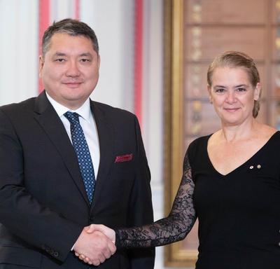 La gouverneure générale serre la main de Son Excellence monsieur Ariunbold Yadmaa, ambassadeur de la Mongolie.