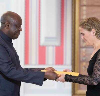 La gouverneure générale serre la main de Son Excellence monsieur Dawda Docka Fadera, Haut-commissaire de la République de Gambie.