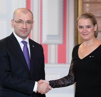 La gouverneure générale serre la main de Son Excellence monsieur Javlon Vakhabov, Ambassadeur de la République d'Ouzbékistan.
