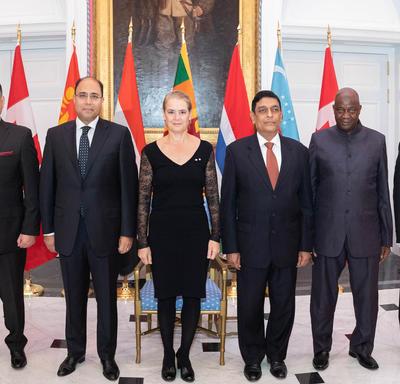 Les nouveaux chefs de mission prennent une photo de groupe avec la gouverneure générale.