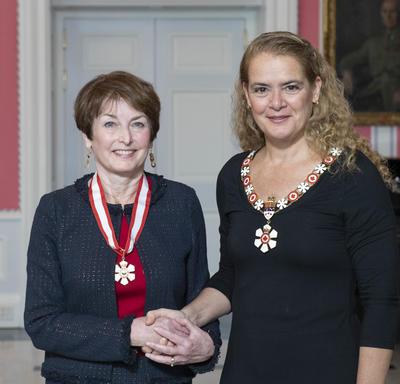 La gouverneure générale, Julie Payette, se tient debout aux côtés de Elizabeth Eisenhauer.  Tous deux portent l'insigne de l'Ordre du Canada.