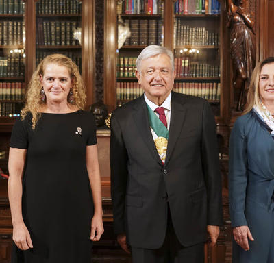 La gouverneure générale est debout à côté de Son Excellence monsieur Andrés Manuel López Obrador et sa conjointe, Beatriz Gutiérrez Müller.