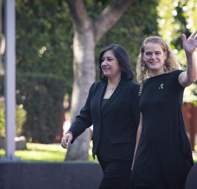 La gouverneure générale et Irma Eréndira Sandoval, secrétaire de la fonction publique, marchent côte à côte.