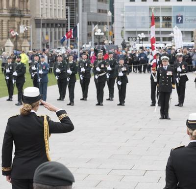 À son arrivée, elle a reçu les honneurs militaires comprenant le salut royal et une salve de 21 coups de canon.
