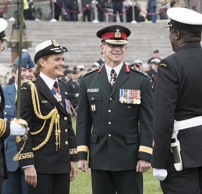 Durant la revue, elle s'est arrêtée à quelques reprises pour discuter avec les membres des Forces armées canadiennes.