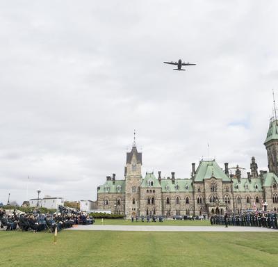 Son Excellence la très honorable Julie Payette, gouverneure générale et commandante en chef du Canada, a assisté au défilé de commémoration du Service royal de la logistique du Canada à l'occasion de son 50e anniversaire le 16 octobre 2018.