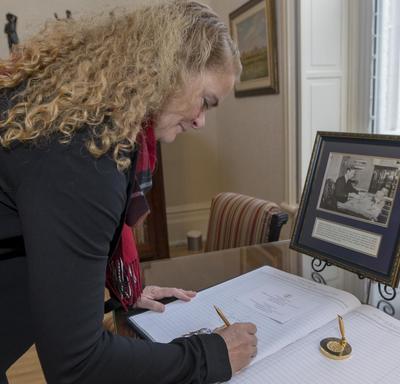 La gouverneure générale a signé le livre d'or de Leurs Honneurs.