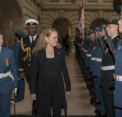 Son Excellence marche devant les rangs de la garde d'honneur.