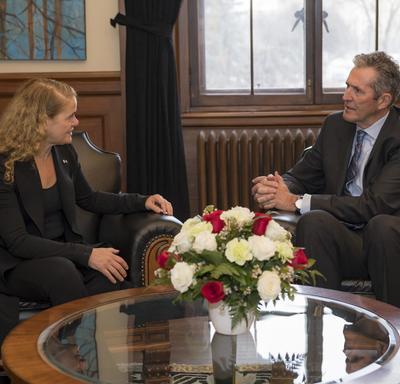 La gouverneure générale est assise à côté de l'honorable Brian Pallister, premier ministre du Manitoba.