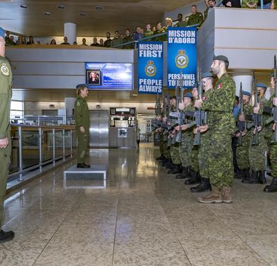 Son Excellence est debout sur une estrade devant la garde d'honneur.