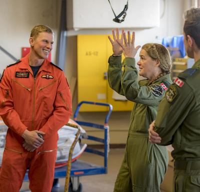 Vêtue de sa combinaison de vol, la gouverneure générale s'adresse aux membres du 435e Escadron.