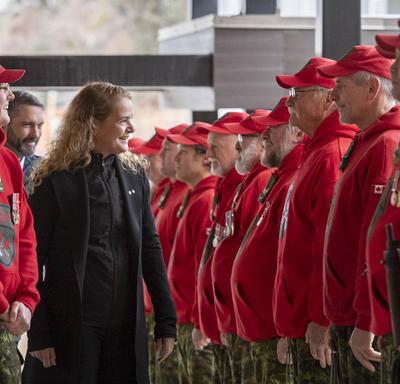 La gouverneure générale, Julie Payette, inspecte une rangée de Rangers canadiens.