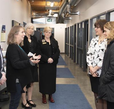 La gouverneure générale et la commissaire se tiennent dans un couloir et parlent à quatre membres du Collège du Yukon.
