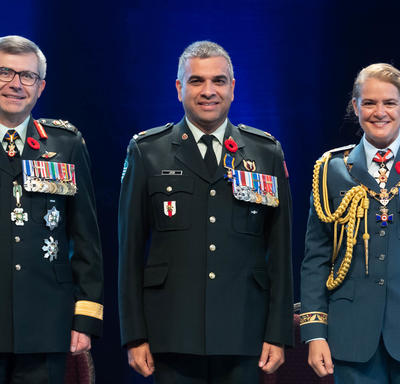 Recipient Major Trevor Jain stands between the Vice Chief of the Defence Staff, Lieutenant-General Paul Wynnyk (on   the left) and Her Excellency the Right Honourable Julie Payette (on the right).