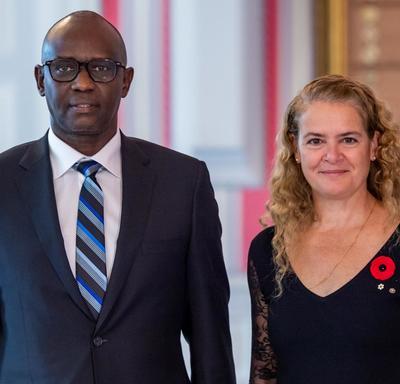 Son Excellence monsieur Prosper Higiro, Haut-commissaire de la République du Rwanda, se tient aux côtés de la gouverneure générale.