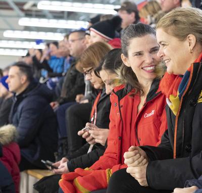 La gouverneure générale et la ministre Duncan regardent une partie de ringuette.