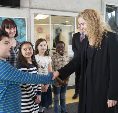 The Governor General shakes hands with a student from École Qayqayt Elementary.