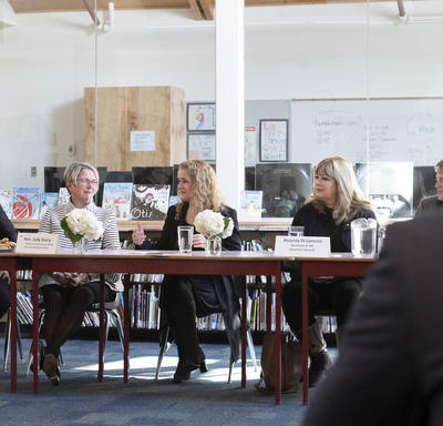 Un groupe de personnes discutent autour d'une table.