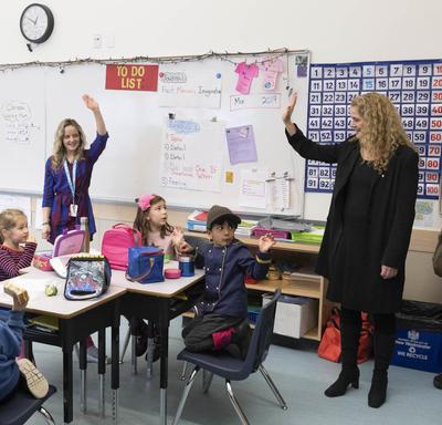 La gouverneure générale visite une salle de classe pendant la pause déjeuner.