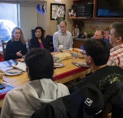 La gouverneure générale est assise autour d'une table avec Marjorie White et des membres de Circle of Eagles Lodge Society.