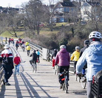 La gouverneure générale a parlé avec des cyclistes.