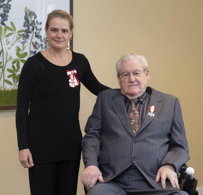 La gouverneure générale  est à côté de l'honorable Roger Philip Kerans.