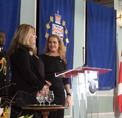 La gouverneure générale a prononcé une allocution à partir d'un podium.
