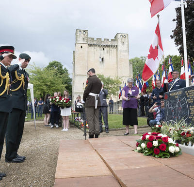 The Governor General salutes the monument.