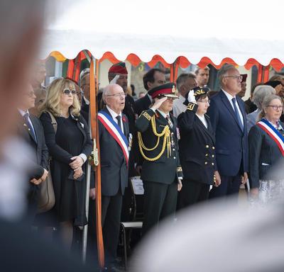 La gouverneure générale salue le monument.