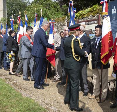 La gouverneure générale serre la main des personnes présentes à la cérémonie.