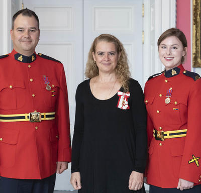 The Governor General stands between RCMP constables Dru Abernethy (left) and Leah Russell (right).