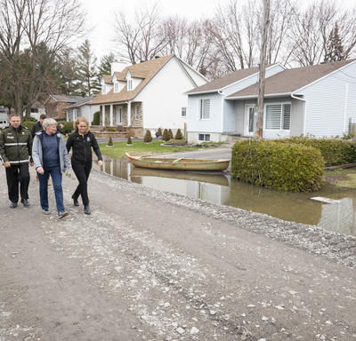 The Governor General and the Mayor of Ste-Marthe-sur-le-Lac, Sonia Paulus, are walking on the street.