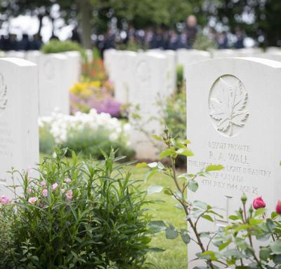 Des pierres tombales blanches au cimetière de guerre canadien de Bény-sur-Mer.