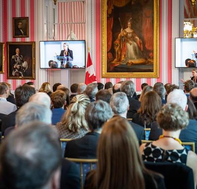 La gouverneure générale prononcera une allocution à partir d'un podium.