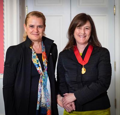 La gouverneure générale et Barbara Sherwood Lollar posent pour une photo.