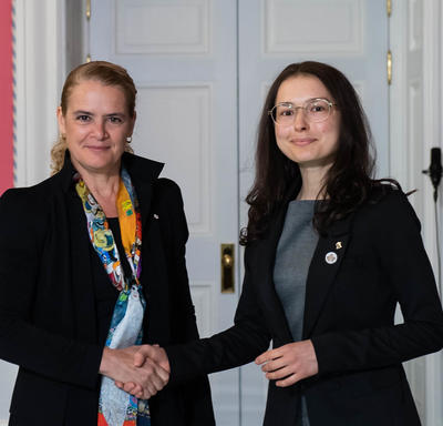 Anna Golubeva serre la main de la gouverneure générale.