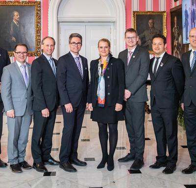Paul Charrette et son équipe prennent une photo avec la gouverneure générale.