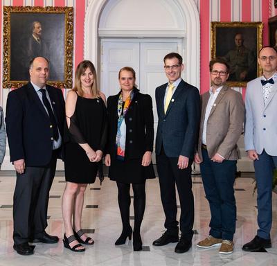 Luc Landry et son équipe prennent une photo avec la gouverneure générale.