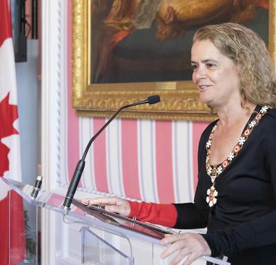 La gouverneure générale fait une allocution à un podium