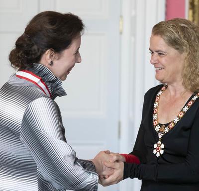 Angela Hewitt serre la main de la gouverneure générale